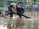 Zatopené volejbalové hřiště v Lužánkách odčerpávali hasiči (14. červen 2010)