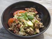 Panzanella, letní salát se zbytky tvrdého pečiva.