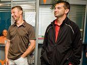 Vicemistři Evropy z roku 1996 Pavel Kuka (vpravo) a Petr Kouba (vedle něj) si s dívkami z Tipsport teamu vsadili, kdo vyhraje mistrovství světa 2010.