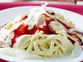 Špagety z vanilkové zmrzliny s jahodovým kečupem a sýrem z mandlí