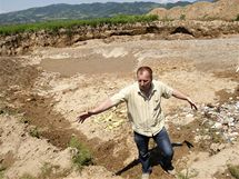 Hromadný hrob muslimských obětí nedaleko města Bratunać na východě Bosny.