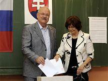 Slovenský prezident Ivan Gašparovič s manželkou volí při parlamentních volbách na Slovensku (12. června 2010)
