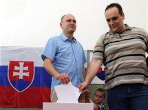 Předseda strany Svoboda a Solidarita Richard Sulík volí při parlamentních volbách na Slovensku (12. června 2010)