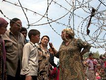 Etničtí Uzbekové na hranic mezi Kyrgyzstánem a Uzbekistánem (12. června 2010)