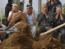 Kopní hrobú pro oběti nepokojů  v Kyrgyzstánu (16. června 2010)