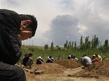 Kopání hrobú pro oběti nepokojů  v Kyrgyzstánu (16. června 2010)