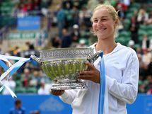Ruská tenistka Jekatěrina Makarovová s trofejí pro vítězku turnaje v Eastbourne.
