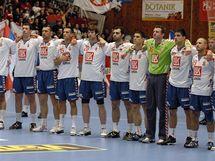Srbští házenkáři při hymně před utkáním baráže o mistrovství světa, které hráli v Plzni s českým týmem.