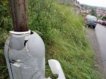 Vrah zastřelil v Brně expolicistu z kauzy soudce Berky. Na snímku rozbitá lampa, do které najelo auto s mrtvou obětí (16.6.2010)