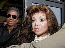 K soudu se dostavila i Jacksonova sestra LaToya (14. června 2010)