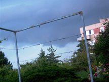 Do Brna vtrhla v sobotu večer silná bouře, mraky nad Masarykovou čtvrtí (12. červen 2010)