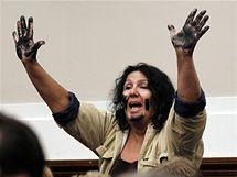Jedna z návštěvnic Kongresu na šéfa BP křičela, že by měl skončit ve vězení (17. června 2010)