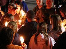 Příbuzní a přátelé Ronnieho Lee Gardnera před věznicí ve městě Draper v Utahu, kde byl Gardner popraven zastřelením (18. června 2010)
