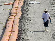 Norná stěna na pláži Grand Isle by měla zabránit průniku ropy na pobřeží. (14. června 2010)