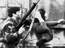 """Britský voják vede katolického protestujícího během """"Krvavé neděle"""" v severoirském Londonderry. (30. ledna 1972)"""