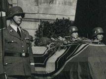 Katafalk s Heydrichovým tělem na Pražském hradě