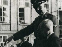 Šéf gestapa Heinrich Himmler s Heydrichovými syny