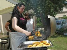 Na kurzech vaření Zdeňka Pohlreicha jeho svěřenci odhalují kouzlo jednoduchosti dobré kuchyně.