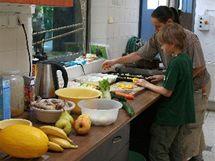 Jakub pomáhá s přípravou ovocné a zeleninové svačinky pro gorily i malé opice.