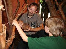 Jakub se seznamuje s pásovcem, spolubydlícím lenochoda.
