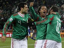 G�LOV� RADOST. Mexi�an� se raduj� z g�lu, kter� vst�elil Blanco (vpravo).