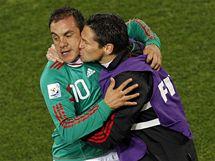 MEXICK� RADOST. Fotbalist� Mexika se raduj� z g�lu. Vlevo autor branky Blanco.