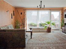 Obýváku, který má 25 metrů čtverečních, dominuje velké francouzské okno