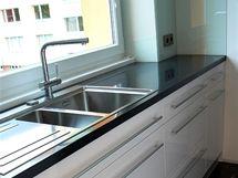 Kuchyně s dřezem pod oknem - zeď chrání sklo před znečištěním