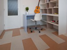 Na podlahu zvolili designéři marmoleum ve dvou barvách