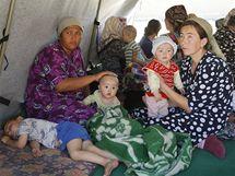 Etničtí Uzbekové utíkají přes hranice do Uzbekistánu (18. června 2010)