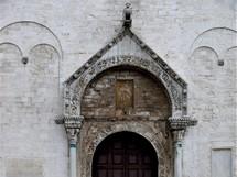 Itálie, portál kostela San Nicola v Bari