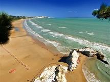 Itálie, Apulie, Vieste, pláž Castello