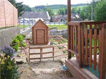 Pohled z horní terasy na hrací domek