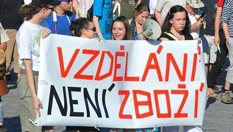 Demonstraci proti školnému uspořádala v Praze iniciativa Vzdělání není zbož (27.6. 2010)í