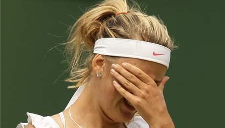 CO JSEM TO PROVEDLA. Běloruská tenistka Viktoria Azarenková nechápe, od Petry Kvitové dostala výprask ve 3. kole Wimbledonu.