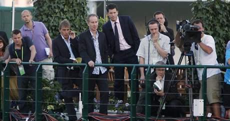 John McEnroe a Tim Henman (v kravatě) se přišli podívat na rekordní duel tenisové historie