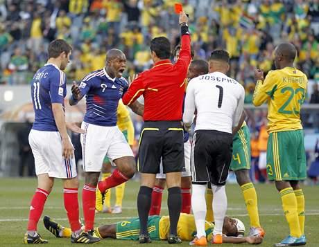 Francouzský útočník Djibril Cisse zuří, neboť kolumbijský rozhodčí Oscar Ruiz  ukazuje  Francouzovi Yoannu Gourcuffovi červenou kartu v utkání s Jižní Afrikou; 22. června 2010