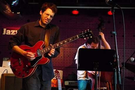 Praha, Jazz Dock, 24. června 2010 - Křest knihy Lubomíra Dorůžky Panoráma jazzových proměn (vydalo nakl. Torst): hudební program obstaralo trio autorova vnuka Davida Dorůžky