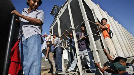 Imigrantí ze Střední Ameriky naskakují u města Arriaga na nákladní vlak, který směřuje do USA (19. ledna 2007)