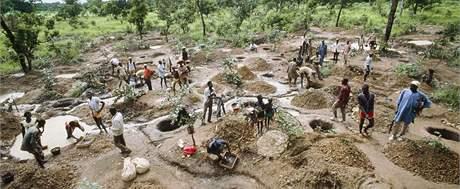 Hledači diamantů v opuštěném diamantovém dole Tortiya v Pobřeží Slonoviny na archivním snímku.