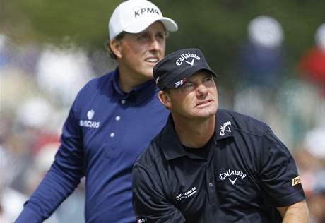 Alex Čejka (v popředí) a Phil Mickelson, třetí kolo US Open 2010.