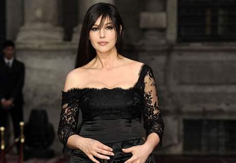 Monica Bellucci přesně měsíc po porodu v Miláně