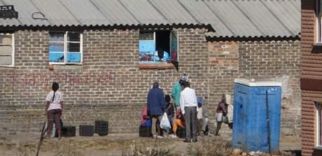 DŘÍV SVOBODNÍ MUŽI, DNES CELÉ RODINY. Ale podmínky se v cihlových domech moc nezměnily, na záchod stále musí ven do budky.
