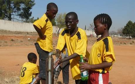 Malí fotbalisté se osvěžují během turnaje za Johannesburgem.