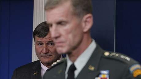 Generál Stanley McChrystal (na popředí) s velvyslancem Karlem Eikenberrym