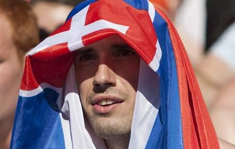Slovenský fanoušek sleduje na Staroměstském náměstí fotbalové utkání s Nizozemskem