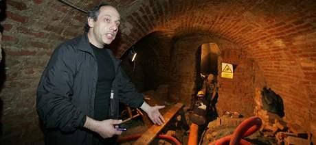 Odborník na podzemí Aleš Svoboda v chodbách pod Zelným trhem