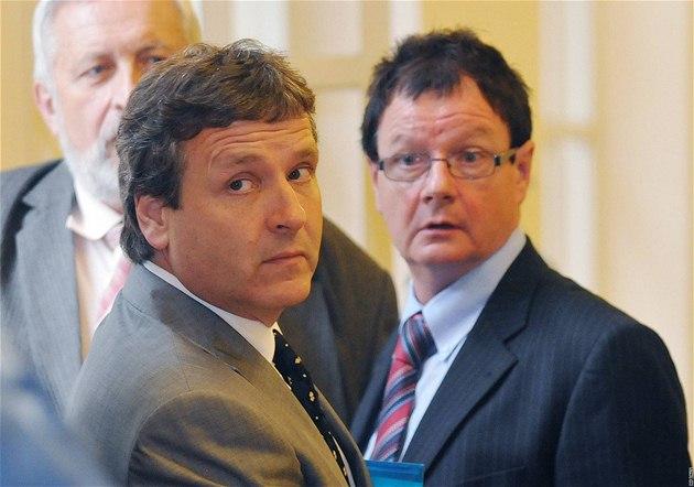 Bývalý tajemník Brna-střed a nedávný člen ODS Radovan Novotný a exstarosta Žabovřesk Aleš Kvapil u soudu (21. červen 2010)