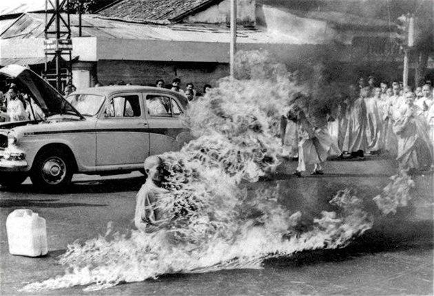 Up�len� vietnamsk�ho budhistick�ho mnicha na ulici v Saigonu. (11. �ervna 1963)