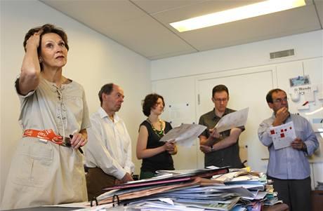 Šéfredaktorka francouského listu Le Monde Sylvie Kauffmanová (vlevo)